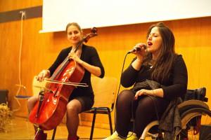 NIA extended version: Die Sängerin im Rollstuhl sitzt rechts, links daneben die Cellistin.