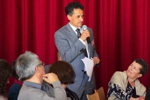 Das Bild zeigt Dr. Sebastian Saad (BKM) während der Diskussion.