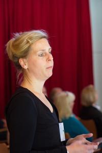 Foto von Prof. Dr. Juliane Gerland bei der Präsentation der Workshop-Ergebnisse.