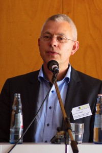 Das Bild zeigt Norbert Killewald am Podium während seines Vortrags.