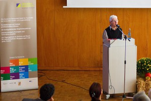 Das Bild zeigt Prof. Dr. Elisabeth Braun am Rednerpult.