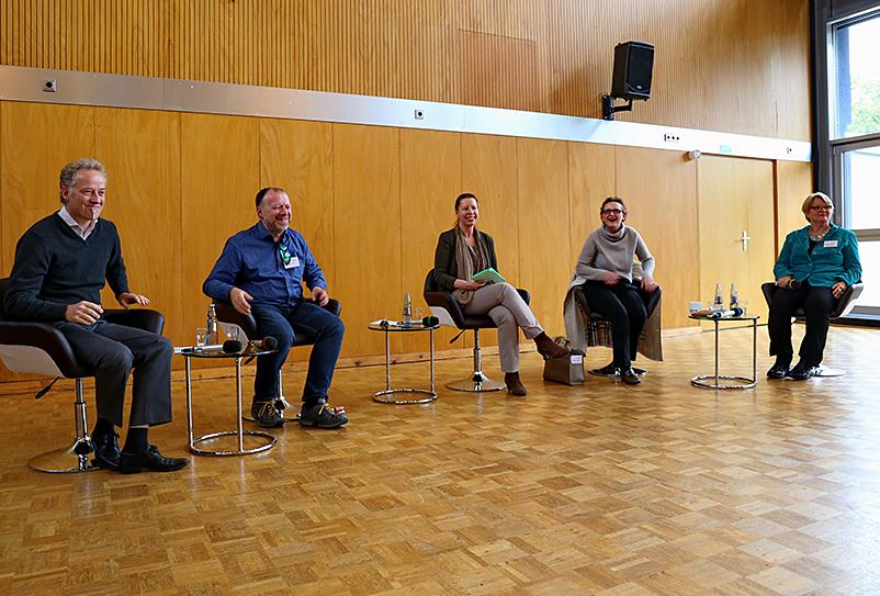 Ein Gruppenbild des Podiums: Jürgen Kleinknecht (ZDF), Michael Jörg (Fernsehrat ZDF), Susanne Keuchel (Akademie der Kulturellen Bildung), Christine Berg (FFA), Bergit Fesenfeld (WDR)
